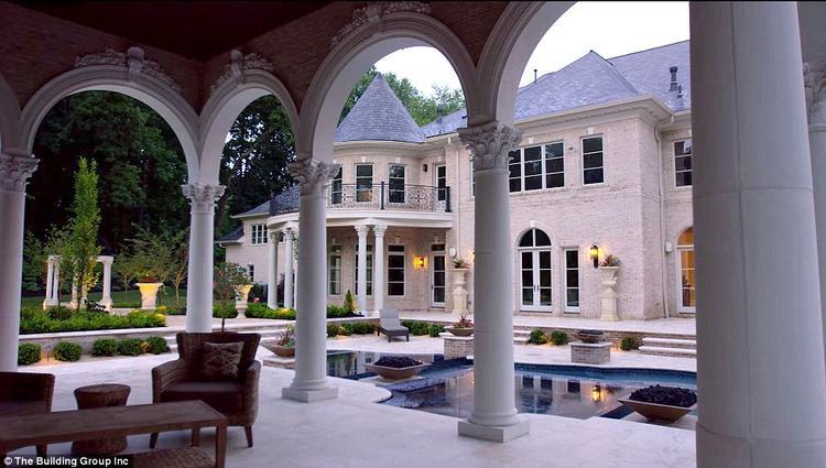 Bể bơi được trang trí xung quanh bằng kiến trúc mái vòm và những cây cột mang phong cách cổ đại. Ảnh: The Building Group Inc