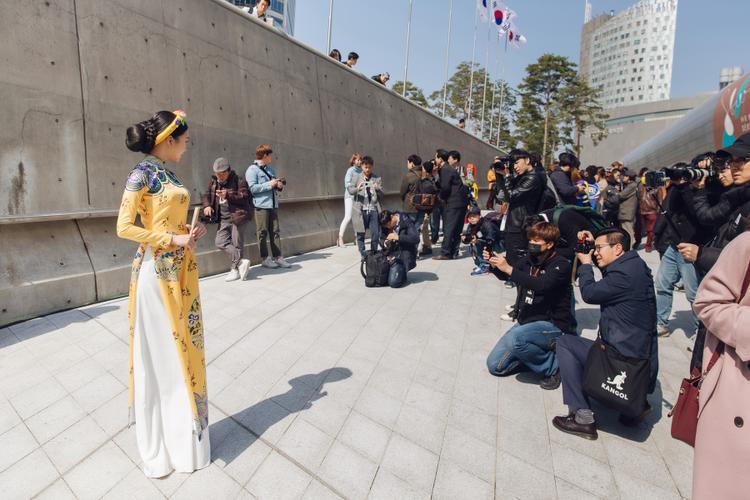 """Trong ánh nắng của tiết trời Seoul, chiếc áo dài họa tiết cung đình được NTK Thủy Nguyễn """"đo ni đóng giày"""" đã giúp Ngọc Trân tỏa sáng và nhận được sự quan tâm của truyền thông quốc tế."""