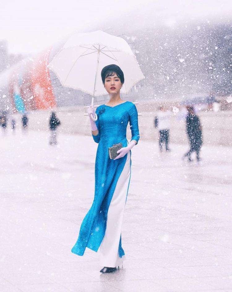 Đặc biệt, để tôn vinh vẻ đẹp của lụa Việt Nam trong thiết kế này, Ngọc Trân đã phải trải qua 3 tiếng chịu rét buốt để có những bức ảnh đẹp như mơ dưới trời tuyết. Buổi chiều, cô diện áo dài làm từ lụa Lãnh Mỹ A nổi tiếng của Việt Nam.