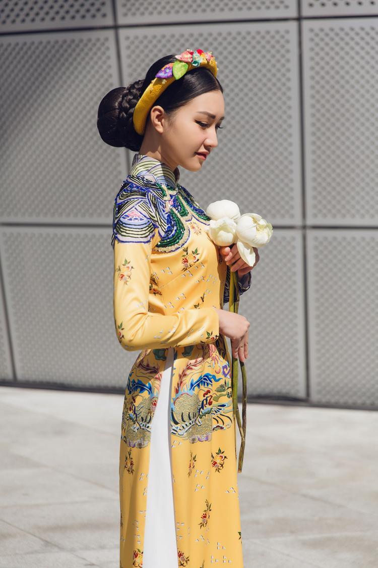 Người đẹp khéo léo kết hợp với chiếc mấn cùng màu và hoa súng để tạo nên hình ảnh đậm chất Việt giữa sự kiện thời trang quốc tế.