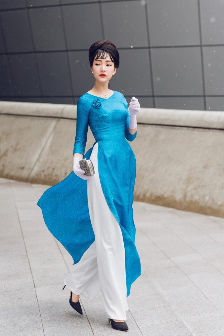 Giữa tiết trời lạnh của Seoul, Ngọc Trân trở nên kiêu kỳ, quý phái trong tà áo dài xanh của NTK Tùng Vũ.