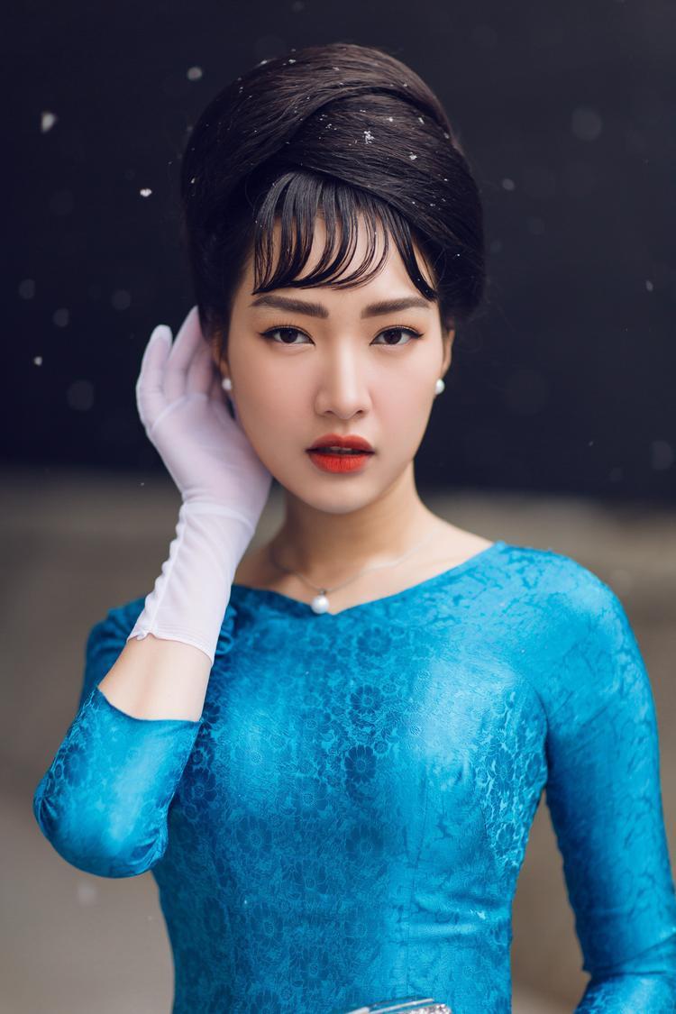 """Hình ảnh của Ngọc Trân khiến mọi người nhớ đến """"bà Rồng"""" Madam Nhu với mái tóc búi cao đậm chất cổ điển cùng thần thái sang trọng, quý phái."""