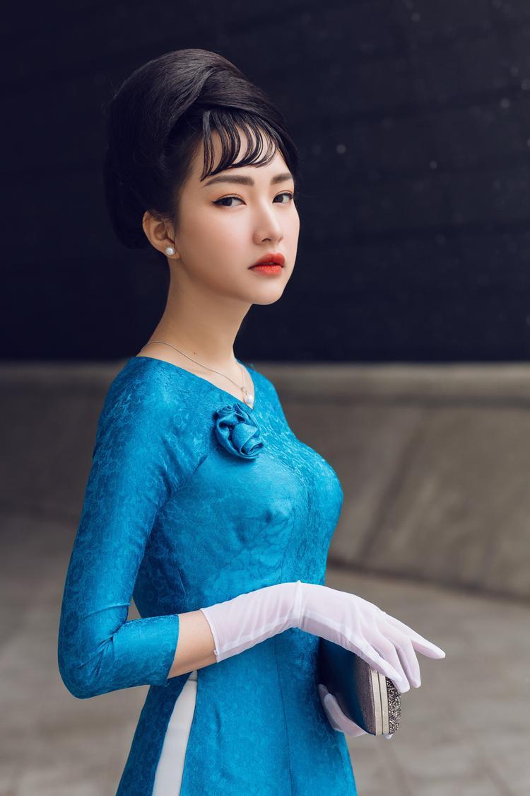 Nàng thơ xứ Huế lựa chọn đôi găng tay trắng, cùng chiếc ví cầm tay nhỏ gọn vừa thể hiện sự quyền lực, vừa toát lên nét đẹp hiện đại.