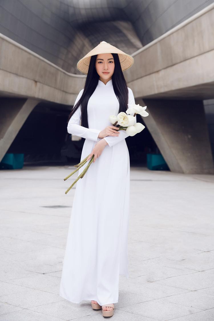 Khác với những tín đồ thời trang khác khi diện những thiết kế đậm chất high fashion, Ngọc Trân diện áo dài trắng tinh khôi của NTK Brian Võ trong lần xuất hiện đầu tiên.
