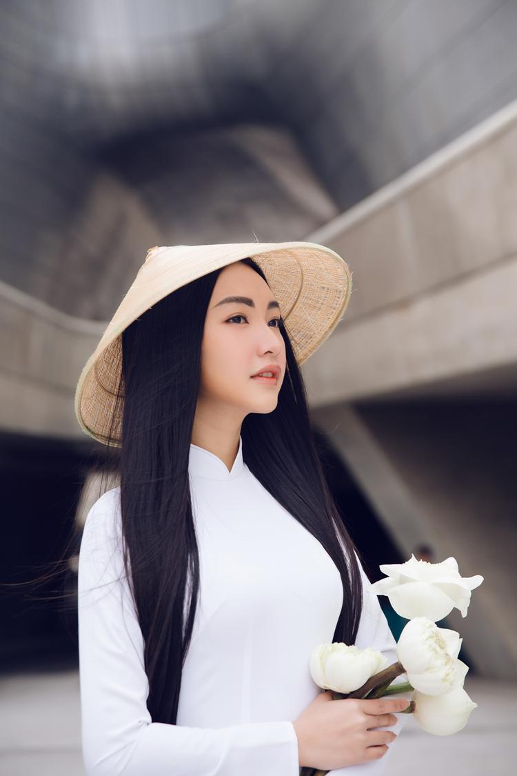 Cùng với trang phục, Ngọc Trân còn ghi điểm bởi gương mặt đậm chất Á Đông và thần thái rặng rỡ.