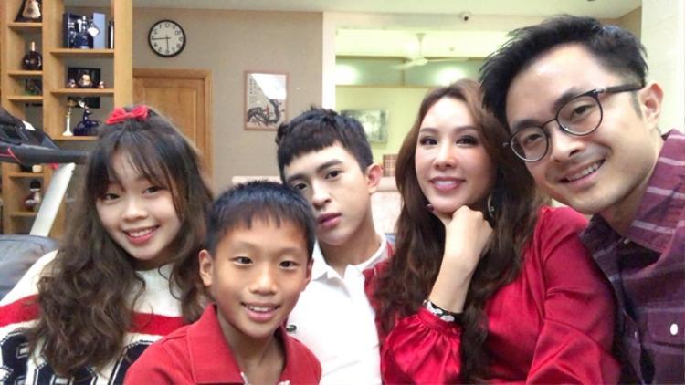 """Bà xã của diễn viên Bình Minh thậm chí từng chia sẻ rất nể phục chị vì """"dám có tận 3 người con""""."""