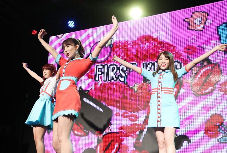 Hát nhép lộ, nhảy yếu: Cửa nào cho nhóm nhạc 3 diễn viên JAV ở Kpop?