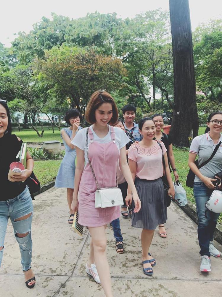 Và rồi Trinh có cả váy yếm hồng trẻ trung như sinh viên dù cô ấy đã ngấp nghé 30.