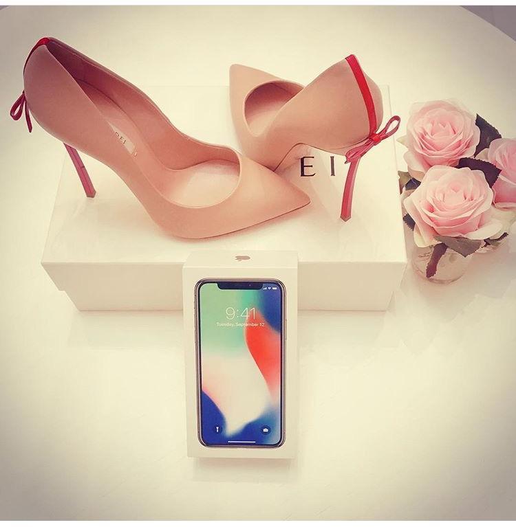 Ngọc Trinh bổ sung vào bộ sưu tập giầy cao gót màu hồng vốn đã nhiều chất ngất của mình thêm một đôi nữa.
