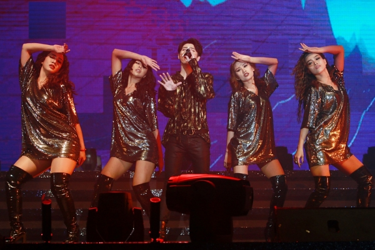 Là đại diện Việt Nam đầu tiên xuất hiện tại Hong Kong Asian-Pop Music Festival, Noo Phước Thịnh còn gây bất ngờ hơn cả việc mang đến một tiết mục ấn tượng, đó chính là giới thiệu ca khúc mới ngay trên sân khấu quốc tế này.