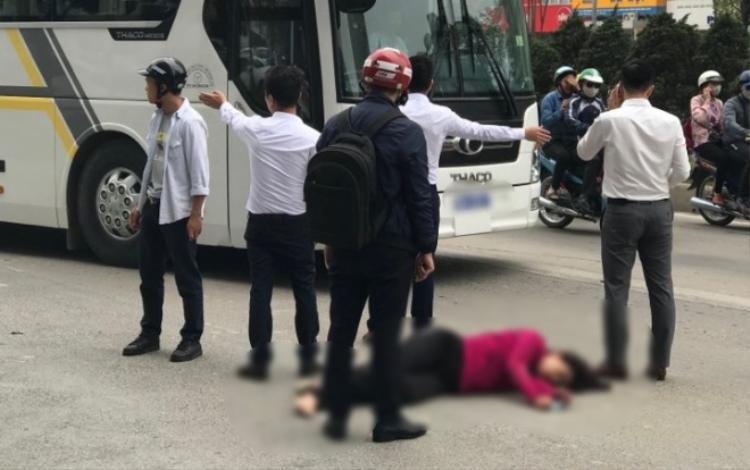 Người phụ nữ bất tỉnh sau khi gặp nạn.
