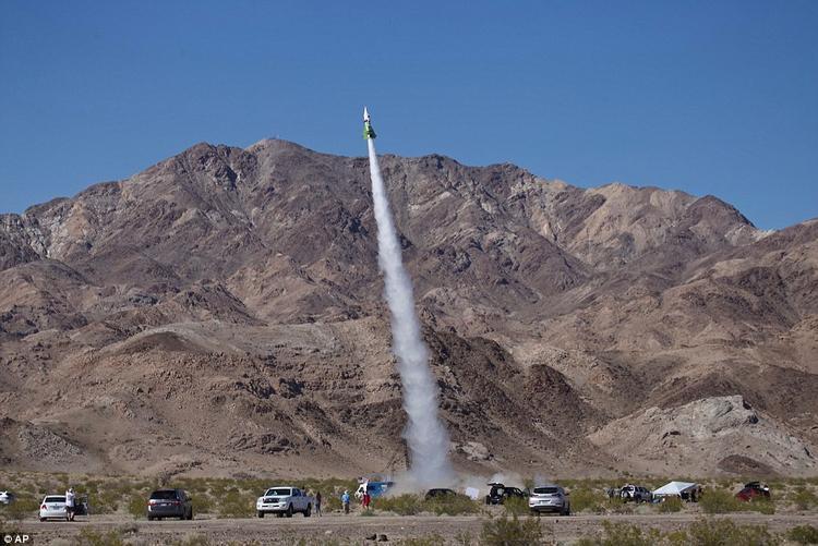 Khoảnh khắc tên lửa củaHughes được phóng lên cao. Ảnh: AP