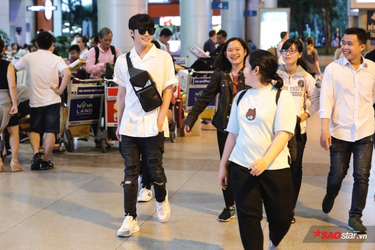 Noo Phước Thịnh trò chuyện cùng fan tại sân bay.