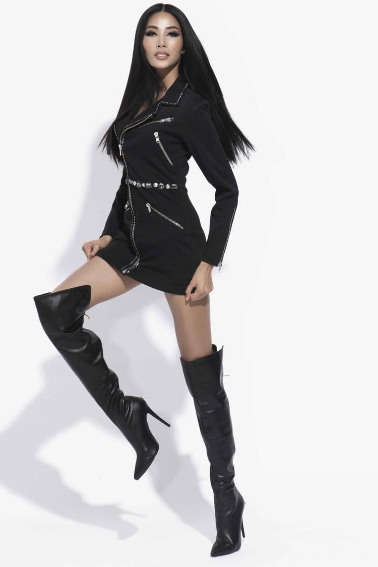 Đôi giày boot cao được phối tinh tế cùng bộ áo cá tính có họa tiết dây kéo và đá quý, làm tăng tính năng động cho Á hậu Hoàng Thùy.