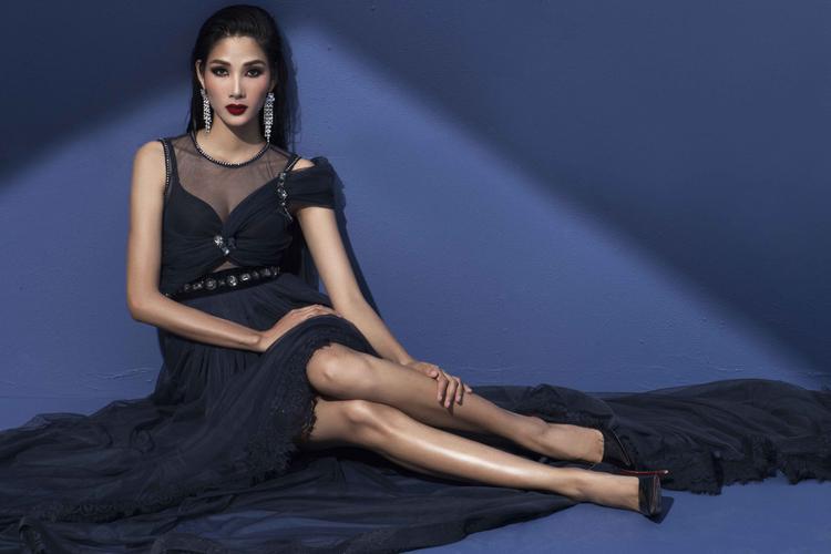 Trong trang phục của nhà thiết kế Trương Thanh Long, chất liệu ren kết hợp cùng chiếc đầm có thiết kế táo bạo giúp Á hậu Hoàng Thùy khoe vòng một nóng bỏng.