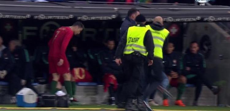 Bồ Đào Nha thua thảm, Ronaldo diễn kiếm penaty vẫn được fan ôm hôn