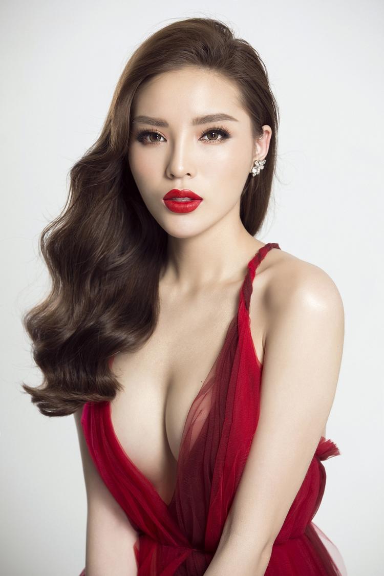 Bên cạnh thân hình bốc lửa thì thần thái của Hoa hậu Kỳ Duyên được nhận xét rất đỉnh cao.Việc xây dựng hình ảnh thành công cũng giúp Kỳ Duyên trở thành một IT girl có sức ảnh hưởng với giới trẻ Việt.