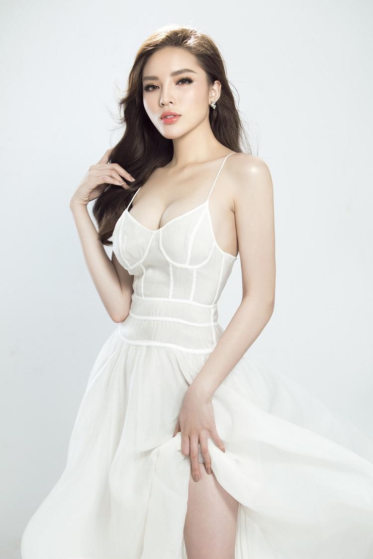 """Cô trở thành """"nữ hoàng vedette"""" càn quét hầu hết mọi sàn diễn thời trang lớn nhất tại Việt Nam. Bên cạnh đó cô còn là mỹ nhân trẻ tuổi nhất góp mặt tại Milan Fashion Week và là HLV trẻ tuổi nhất tại The Look 2017."""
