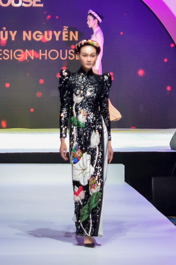 BST lần này lấy ý tưởng từ hình ảnh hoa sen - quốc hoa của Việt Nam, được thêu nổi 3D trên trang phục, tạo nên những hình ảnh sống động.