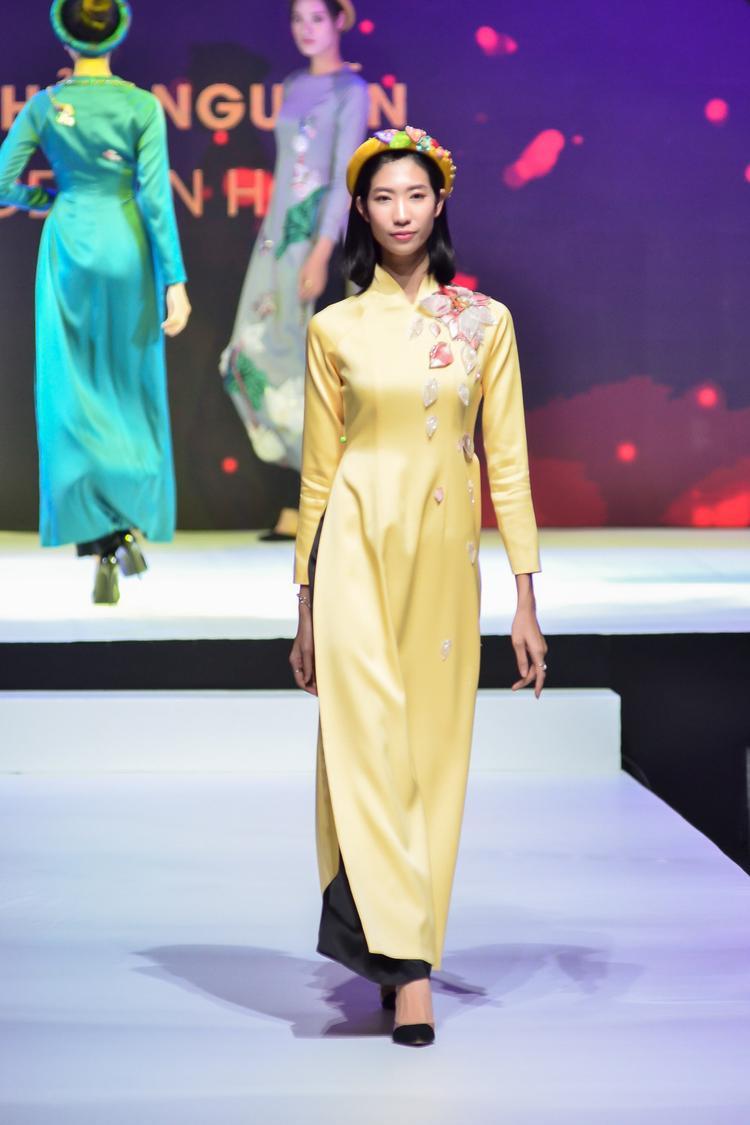 Dàn người mẫu tham gia trình diễn cũng là những chân dài có tiếng tăm trong làng thời trang như: Thùy Trang, Trang Phạm…