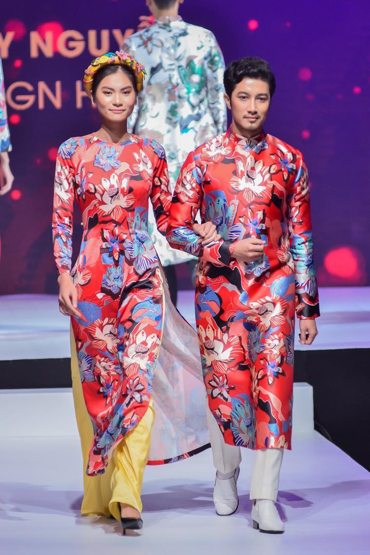 Bên cạnh đó, còn có những mẫu áo dài cưới cho cả nam và nữ, được xử lí kỹ thuật in chuyển nhiệt, tạo nên những đường nét sắc cạnh.