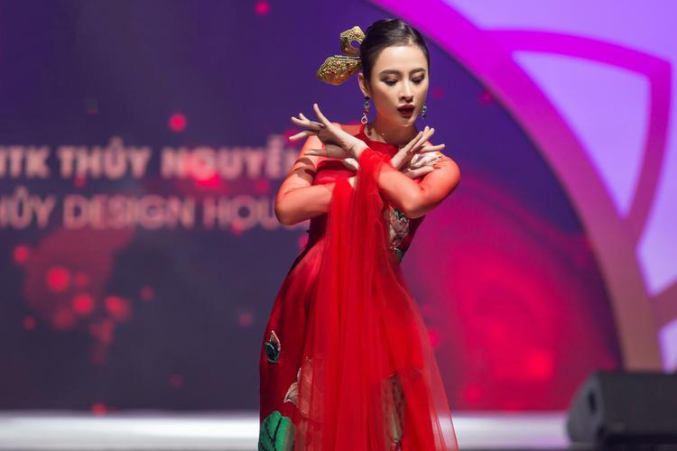 Cô thể hiện những động tác múa khá uyển chuyển, thu hút người xem.