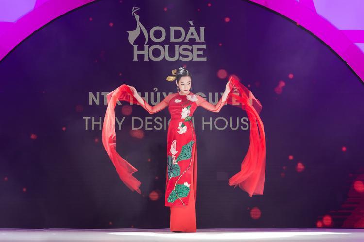 Mới đây, Angela Phương Trinh nhận lời đảm nhận vị trí vedette bộ sưu tập áo dài của Thuỷ Nguyễn. Tuy ít khi diễn trên sàn runway, nhưng nữ diễn viên đã thể hiện được thần thái ma mị đi cùng nét quyến rũ, đúng với ý đồ của BST.