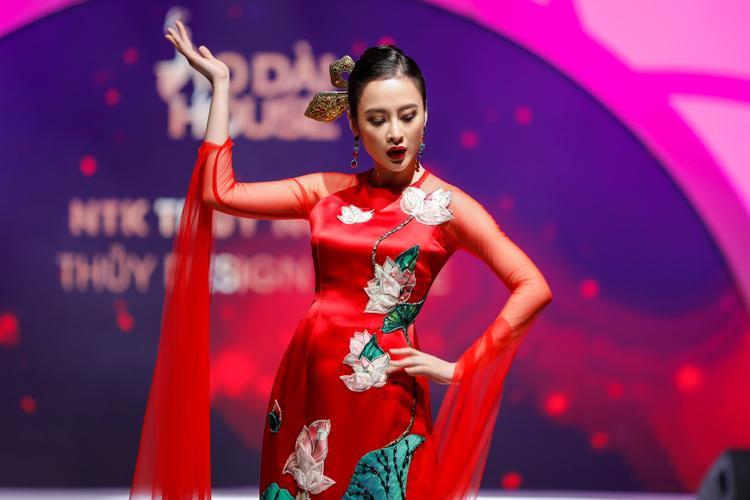 Diện tà áo dài đỏ được đính kết khá công phu, Angela Phương Trinh kết hợp cùng kiểu tóc búi gọn với trâm cài đỏ cùng tông, tạo nên vẻ ngoài phù hợp.