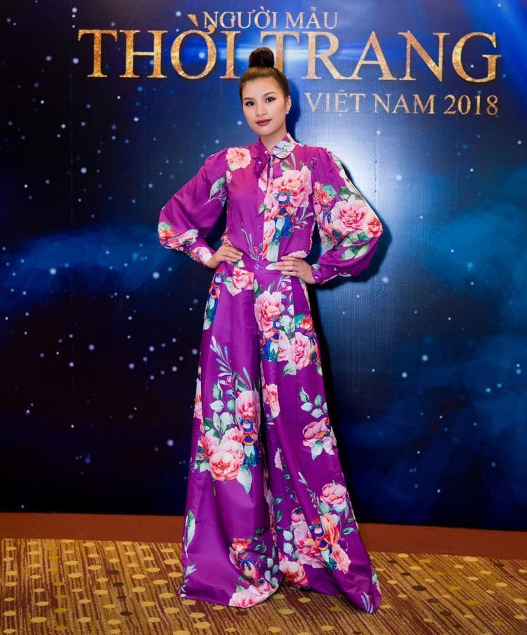 Cùng xuất hiện tại sự kiện của chương trình Người mẫu thời trang Việt Nam, Nguyễn Thị Thành không ngại diện trang phục lòe loẹt với gam màu tím rịm kén người mặc.