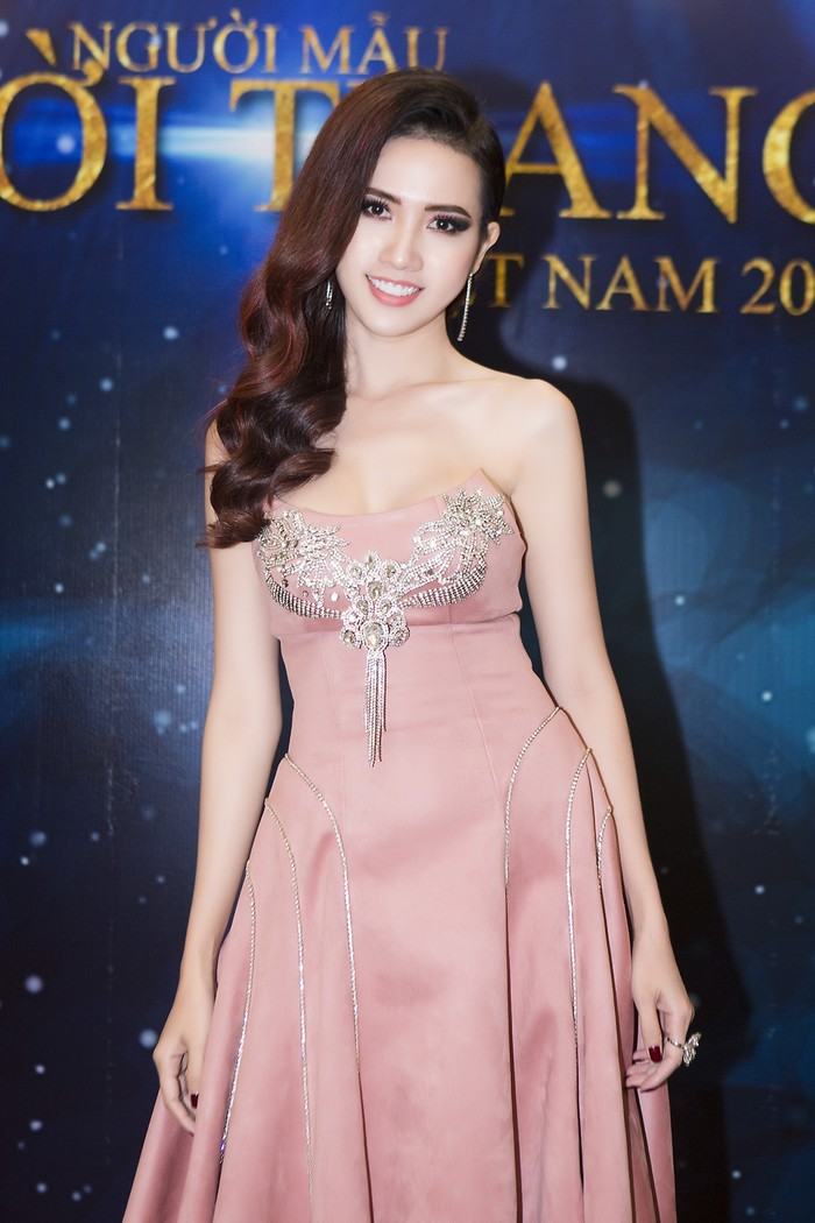 Vốn có làn da trắng sáng, gam màu hồng phấn của chiếc đầm giúp Phan Thị Mơ nổi bật khi chọn mặc vào buổi tối.
