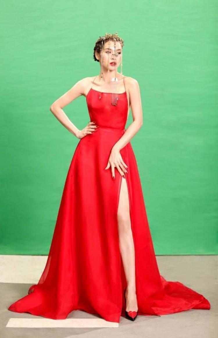Phương Trinh Jolie nổi tiếng với phong cách thời trang gợi cảm, chiếc váy hai dây hở lưng táo bạo này giúp người đẹp nổi bật không thua kém.