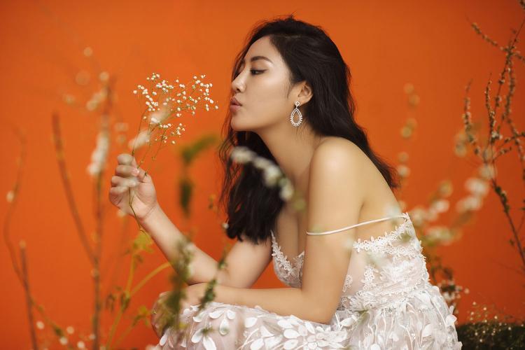 Văn Mai Hương khoe vai trần, ra mắt ca khúc hát chuyện tình yêu của chính mình