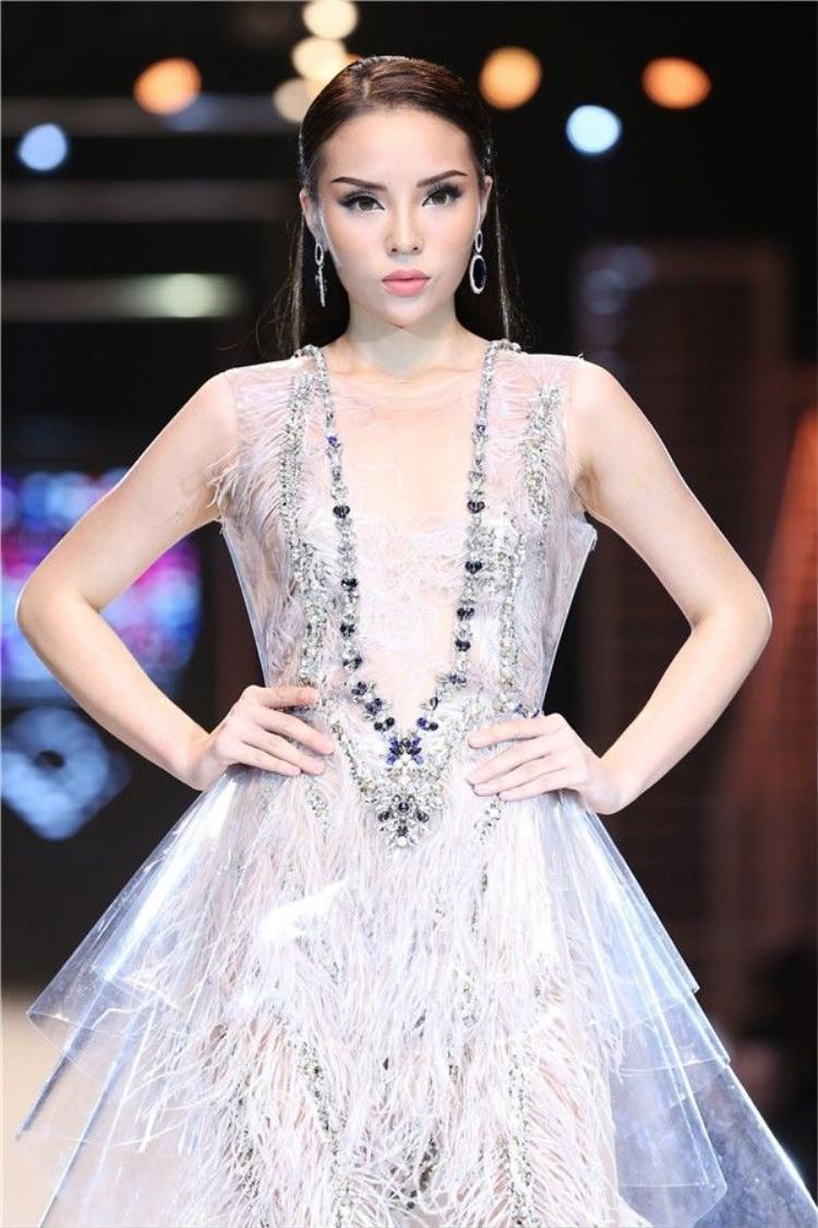 Trên sàn runway cũng vậy, trang phục xuyên thấu cũng không làm Duyên gợi cảm như hiện tại.