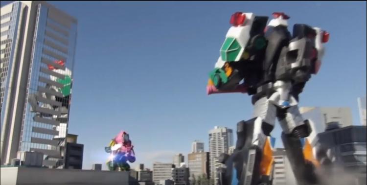 Hình ảnh siêu rô bốt đang chiến đấu với quái vật khổng lồ giữa thành phố trong Kaitou Sentai Lupinranger VS Keisatsu Sentai Patranger (2018)