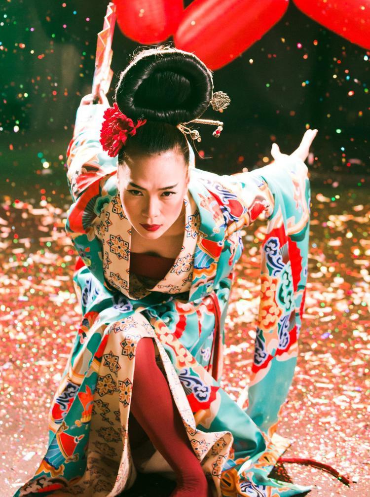 Nữ ca sĩ hóa thân thành mỹ nhân Geisha của Nhật Bản xinh đẹp nhưng mang đầy tâm trạng đau buồn, cô đơn vì bị phản bội. Sau những phút giây lộng lẫy là khi lui bước về hậu trường, tháo lớp mặt nạ, ngồi trước gương để lộ những giọt nước mắt.