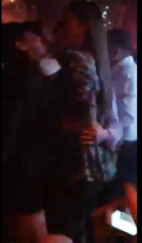Trong đoạn clip được chia sẻ trên mạng xã hội, Kỳ Duyên xõa tóc, đứng cạnh bác sĩ Chiêm mặc áo trắng và người bạn mặc áo đen đội mũ.
