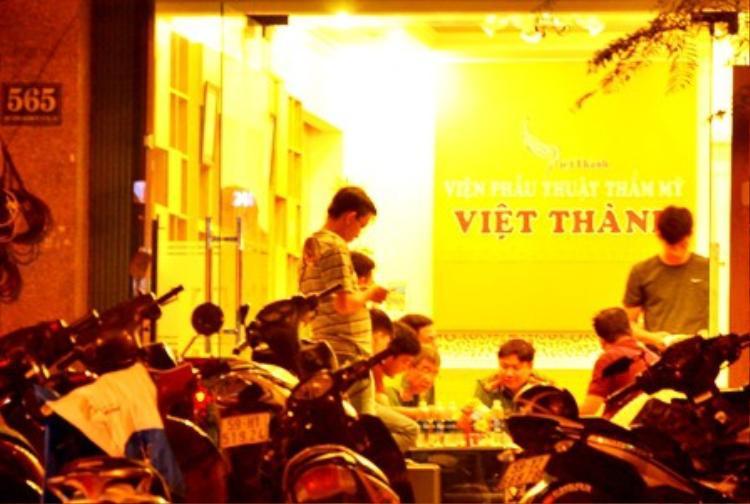 Cơ quan chức năng làm việc tại Thẩm mỹ Việt Thành thời điểm xảy ra vụ việc.