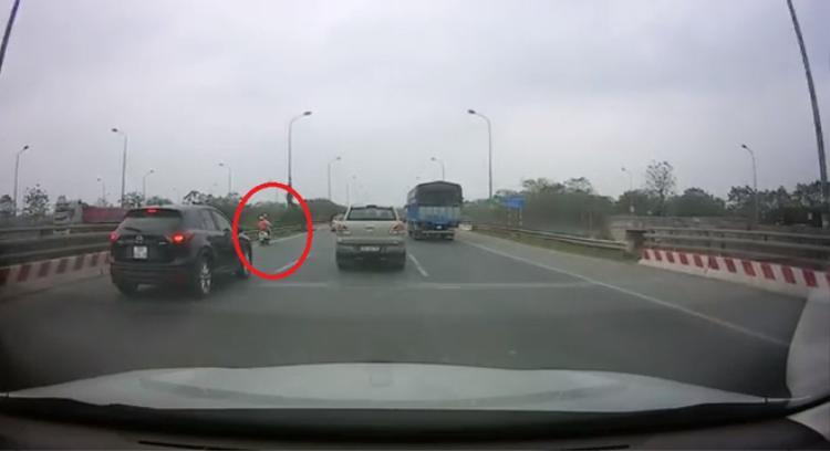 Người phụ nữ đi xe máy vào nhầm cao tốc. Ảnh cắt từ clip.