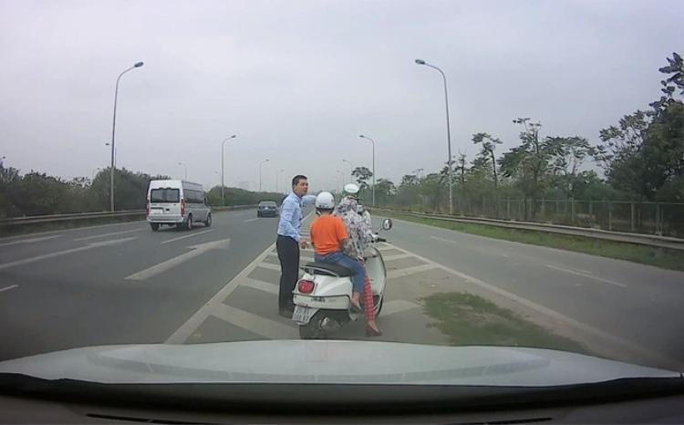 Rất khó khăn, tài xế mới tiếp cận được 2 mẹ con. Ảnh cắt từ clip.