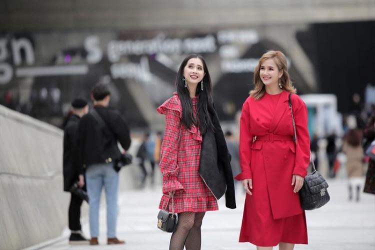 Mặc Nhã Phương đang vướng ồn ào, chị haiBích Trâmvà em kế útPhương AnhcủaNhã Phương vẫn âm thầm toả sáng tại Seoul Fashion Week 2018. Cả hai cùng diện những trang phục tông đỏ nổi bật cũng như tỏ ra vô cùng thích thú khi lần đầu tiên tham dự tuần lễ thời trang Seoul.