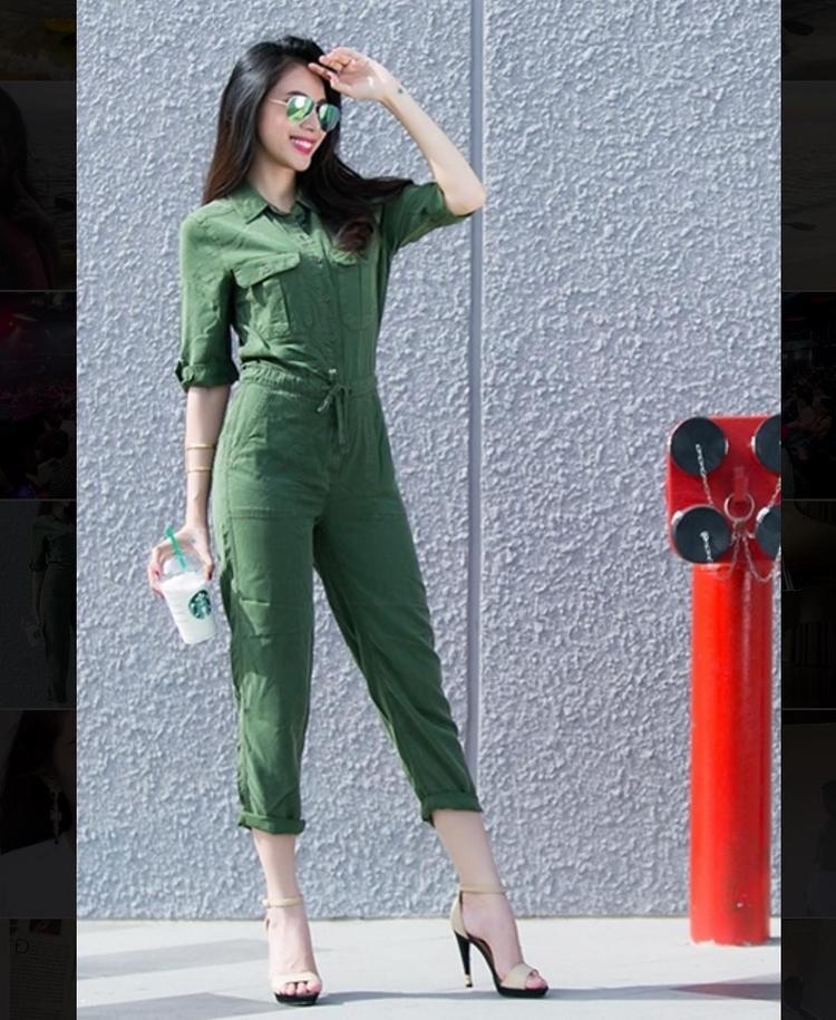 Bộ jumpsuit xanh rêu theo phong cách quân đội là trang phục Thủy Tiên lựa chọn khi xuống phố.