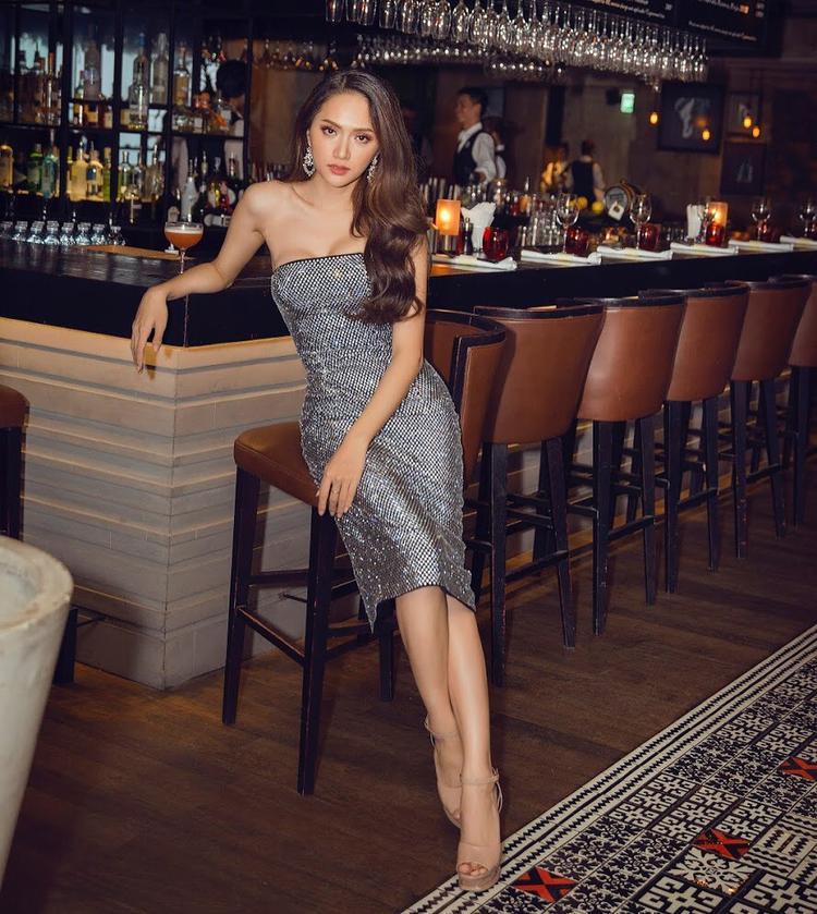 """Dù đang bận rộn với những hoạt động tại Thái Lan, hoa hậu Hương Giang vẫn không quên cập nhật hình ảnh trên trang cá nhân. Diện bộ váy cúp ngực khoe trọn vóc dáng gợi cảm, người đẹp thiêu đốt ánh nhìn của người đối diện. Thật không quá khi nói, cô đẹp đến mức khiến """"gái thẳng"""" còn phải ghen tỵ."""
