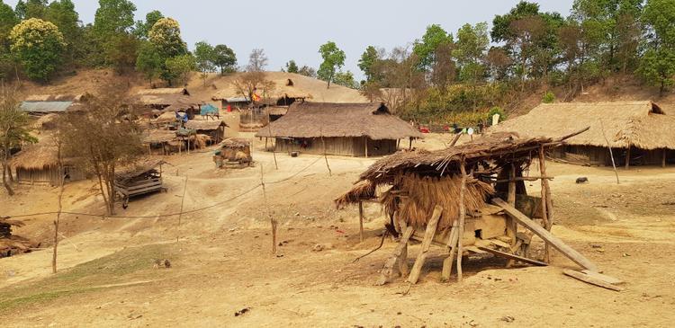 Những căn nhà lụp xụp, dựng tạm bợ trên mảnh đất khô cằn.