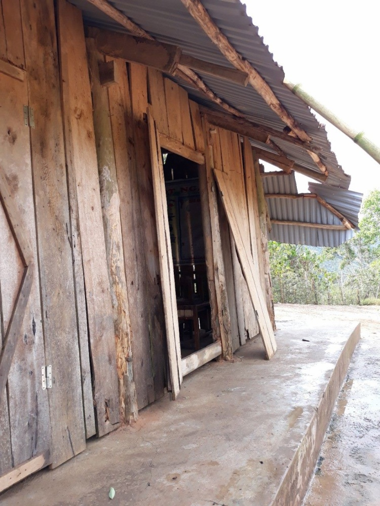 Những miếng ván ép đã xiêu vẹo nhưng vẫn chưa được xây sửa.