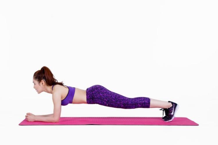 Thay vì phải nhấc người lên xuống khi gập bụng hay hít đất, plank cho phép bạn thực hiện một chỗ mà vẫn tác động trực tiếp vào vùng bụng và các cơ, giúp giảm mỡ bụng cực nhanh.