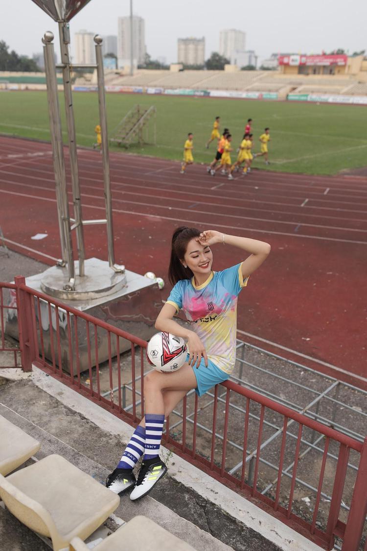 Người đẹp đặc biệt yêu quý đội bóng SLNA quê hương và có không ít bộ ảnh bóng đá thực hiện trên sân thi đấu của đội nhà.