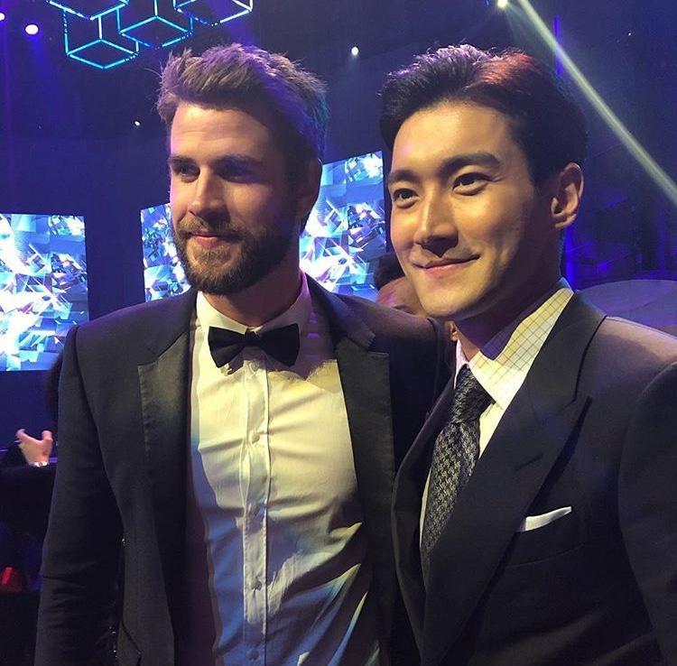 Nam ca sĩ điển trai vinh dự chụp ảnh cùng sao quốc tế Liam Hemsworth.