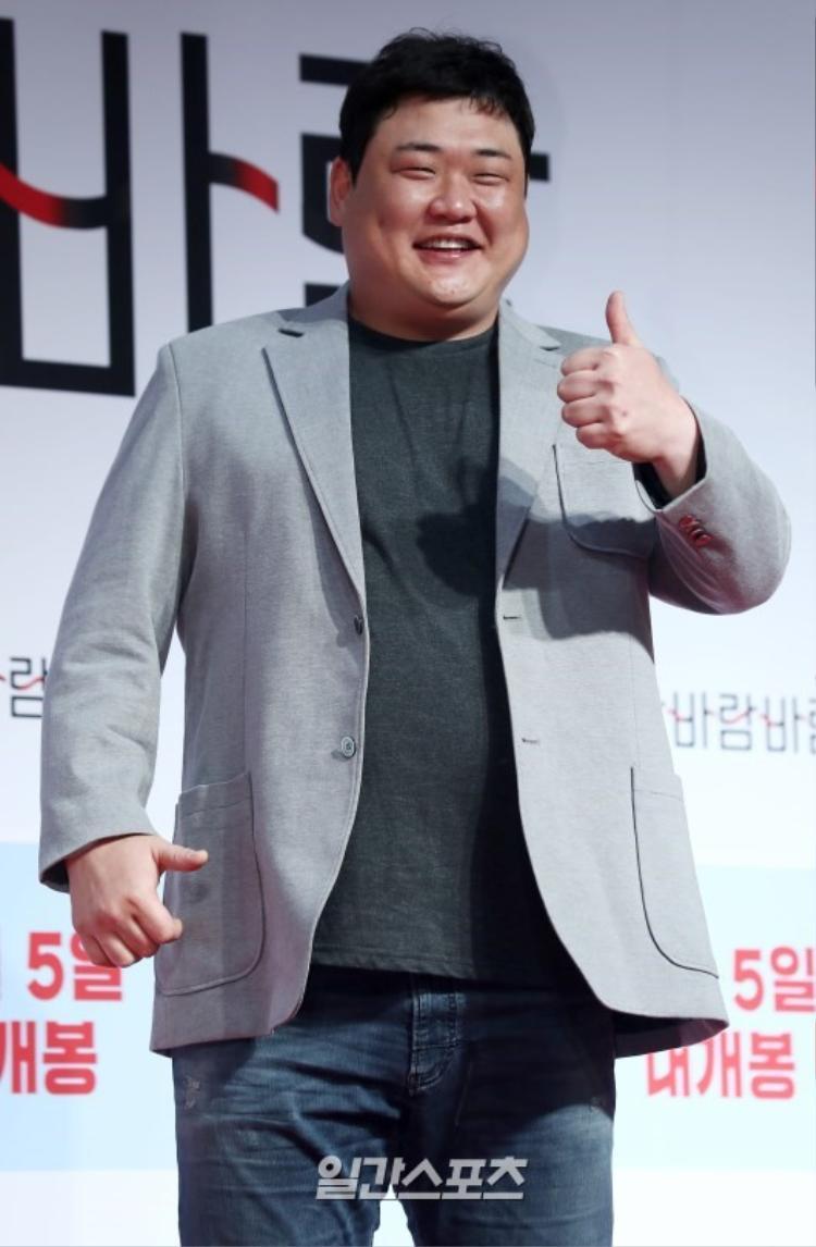 Kim Jun Hyun cười rạng rỡ.