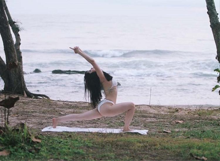 """""""Gái ế"""" Sĩ Thanh cũng tìm đến yoga để cải thiện hình thể. Giống như nhiều người đẹp khác, cô chọn bikini ôm sát để có thể thoải mái tập luyện."""