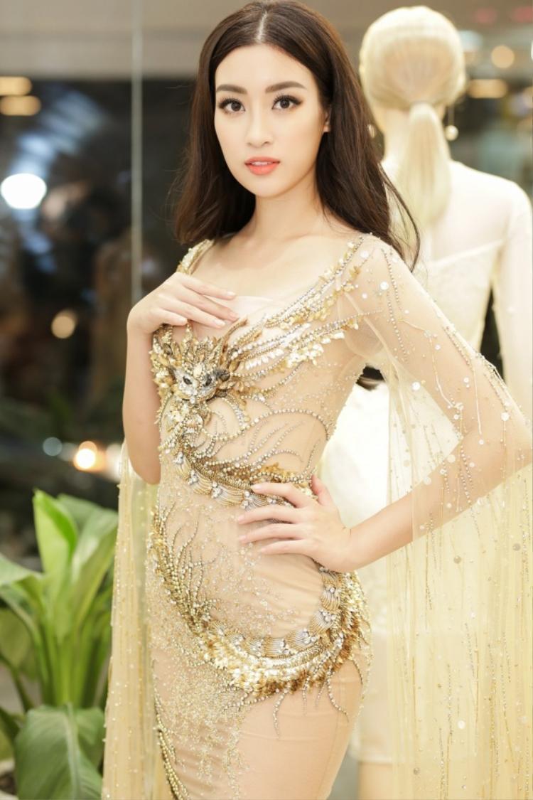 Được biết người đẹp họ Đỗ đích thân tới showroom của NTK Đỗ Long để thử bộ cánh này cho hành trình thi Miss World diễn ra vào tháng 11 năm ngoái.
